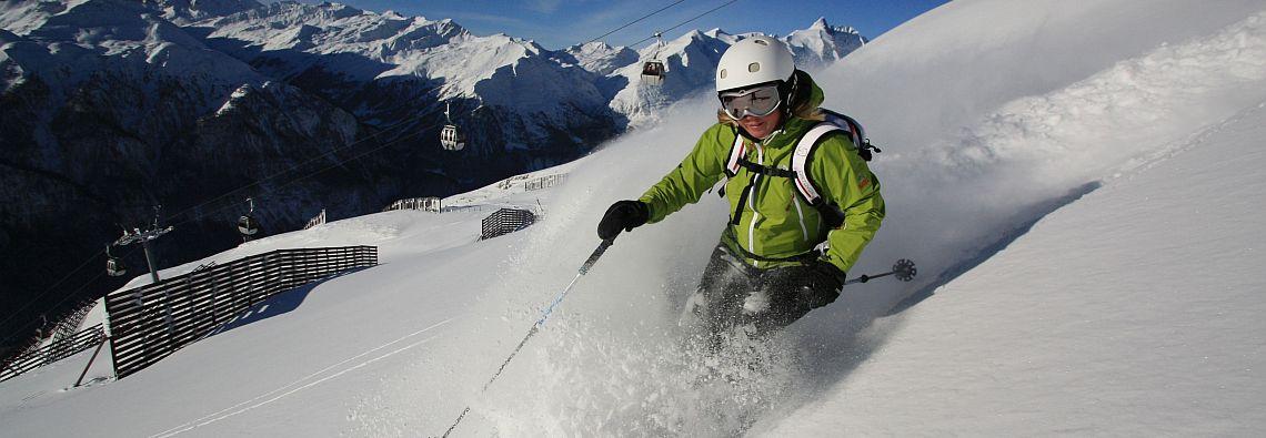 Eine Abfahrt im Tiefschnee vom 2.600 Meter hohen Schareck. Das Skigebiet Heiligenblut-Großglockner ist auch in diesem Winter schneesicher. (Foto: alltours flugreisen gmbh/Großglockner Bergbahnen)
